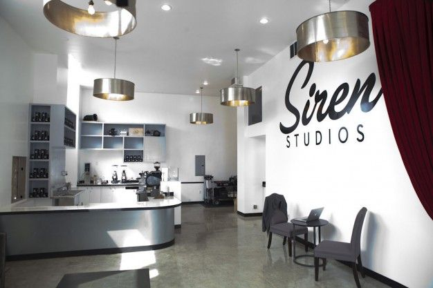 ŚMIETANKA W SYRENIE na FUTU.PL W budynku Siren Studio - jednej z hal produkcyjnych związanej z hollywoodzkim przemysłem filmowym i telewizyjnym, powstał nowy lokal. Coffee Commissary służyć ma głównie spotkaniom filmowców i producentów.