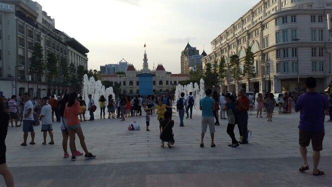 호찌민시인민위원회 청사. 일년전엔  거리가 이런 모습이 아니였는데  우리나라 광화문거리가 생각나는 곳이였다. 그새 참 많이 변했구나... #UBDNTP #Nguyenhuestreet  #Street #View #HCMC #VietNam #VN #여기는베트남