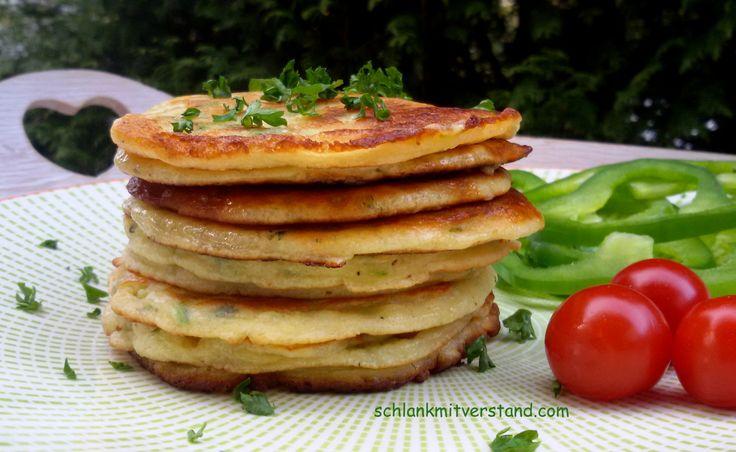 Zucchini-Pancakes low carb Wer sagt, dass Pancakes immer süß sein müssen… Da ich es eh lieber herzhaft mag sind diese perfekt für meinFrühstück. Z.B. lecker mit Käse, Schinken, LachsoderS…