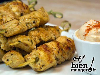 Petites brochettes de poulet mariné à l'ail et au citron, crème au paprika
