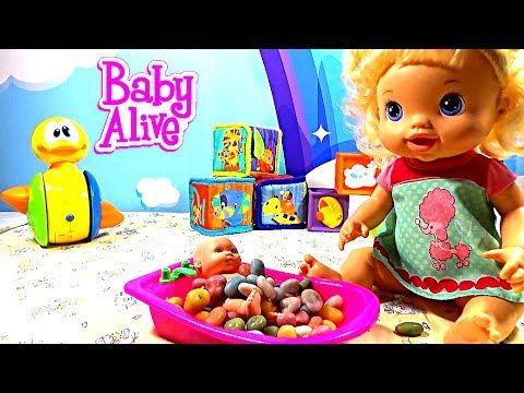 Куклы Пупсики купают малыша в ванночке с конфетами Мультик с игрушками Н...