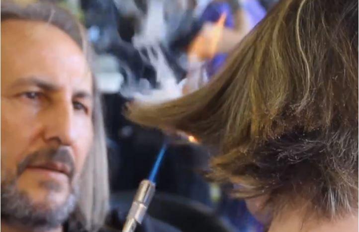 Cabeleireiro espanhol corta cabelo com uma espada de samurai e fogo