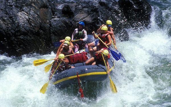 Rafting: Consiste en desafiar las corrientes de los ríos atravesando por sus rápidos en una minibalsa de goma y unos remos, se debe realizar mucho esfuerzo para no desestabilizar la balsa y ser arrastrado por la corriente.