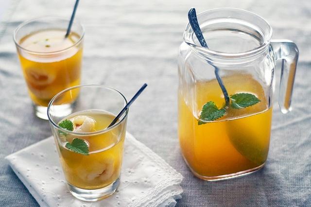 Sumo de laranja, chá Rooibos e líchias