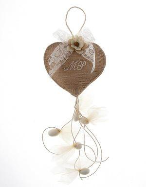 Μπομπονιέρα από λινάτσα σε σχήμα καρδιάς με 5 κουφέτα απλά ή γεύσεις. Μια μοναδική μπομπονιέρα με μονογράμματα