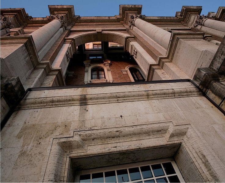 Scorcio della facciata superiore su via IV Novembre. Fotografie - Renato Cerisola © 2009 INAIL Tutti i diritti riservati