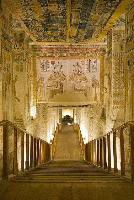 Пирамидам 140016 лет. Египтяне к пирамидам ни кокого отношения не имеют. Так как древнего Египта в истории не было.