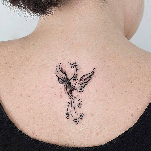 Fênix delicada feira pelo @robcarvalhoart.  Vocês gostariam que a gente postasse significados de Tattoo? ✨ #tatuagemdelicada #tatuagemfeminina #fenixtattoo #Regrann