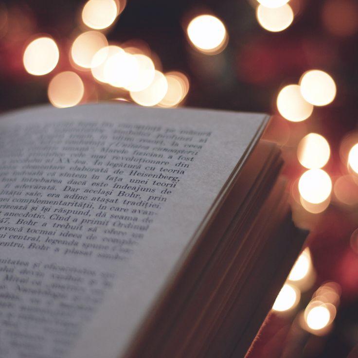 christmas lights, book, cosy, read more on the website http://lasueta.jurna.ro/index.php/2016/11/23/recomandare-de-carte-lorelei/