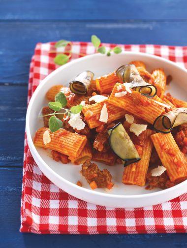 Rigatoni met lam en aubergine http://njam.tv/recepten/rigatoni-met-lam-en-aubergine