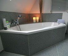 Wedi Bathboard : le panneau qui facilite l'habillage de baignoire
