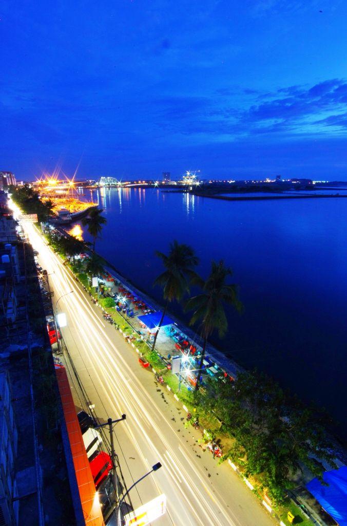 Pantai Losari, ikon Kota Makassar, Sulawesi Selatan, Indonesia