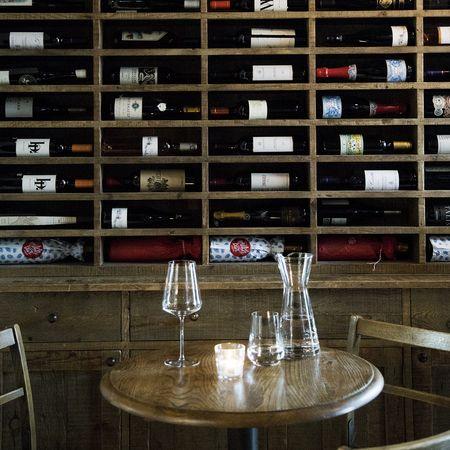 italian lovestory with a glass of wine #glasihergiswil #swissdesign #handmade #napoli #wineanddine #mooris