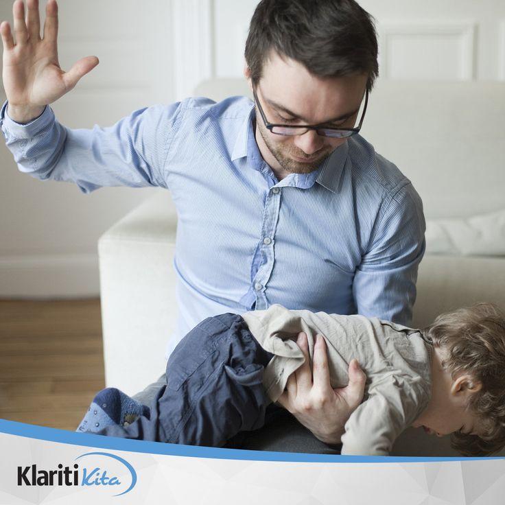 Hindari hukuman fisik ketika anak Anda berbuat salah. Hukuman fisik dalam bentuk apapun hanya akan menakuti dia dan membuatnya tidak menghormati Anda.