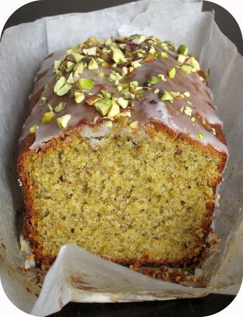 Cake à la pistache et fleur d'oranger. Ce cake est une merveille ! Voila déjà quelques années que je le prépare inlassablement, sans rien y changer. C'est un délice, un subtil m...