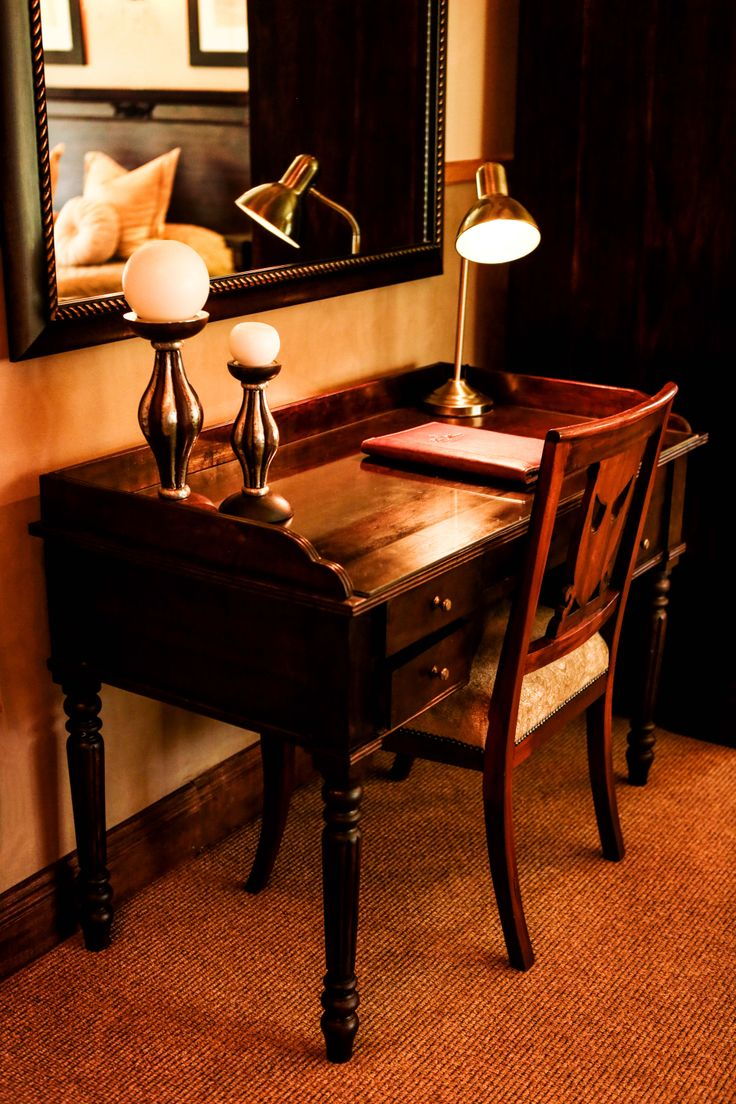 Scott's Manor Guesthouse -desks in rooms to use as a working station