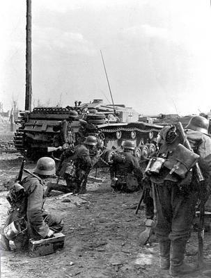 German soldiers at the outskirts of Stalingrad behind a Stug 3 (Sturmgeschütz III or StuG III) assault gun.