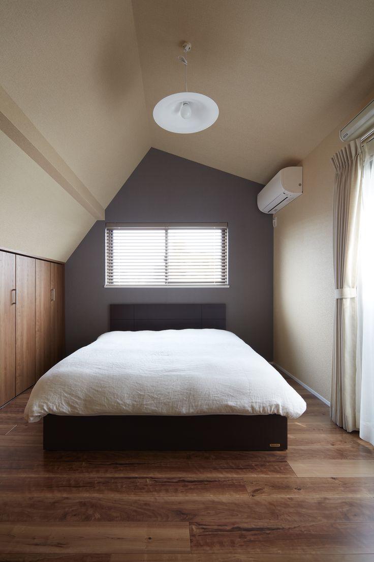譲り受けた在来木造3階建てのご実家を家族3人のライフスタイルにあわせてフルリノベーション。屋根勾配を活かした高い天井が清々しいベッドルームです。床は幅広のチークフローリング、背面の壁は落ち着いたブルー系の壁紙で仕上げました。シンプルであたたかみのあるインテリアです。住まいの性能面でも耐震性確保や断熱性アップを重視して設計したので安心&快適。断熱サッシや内窓を取り付けて夏場の暑さも和らぎます。屋根裏や階段下を活用した収納も充実。