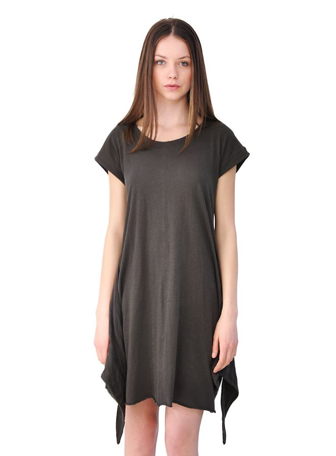 Simplistic short-sleeved basic with a twist at the hemline!