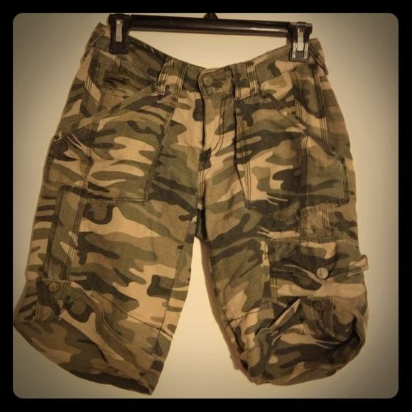 Camouflage / Army- Style Cargo Shorts Used but a timeless piece • Shorts fit boyfriend style. All purchases come with a small gift ! Papaya Other