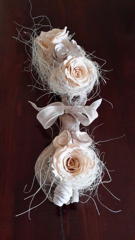 Centrotavola con rose stabilizzate e ramo donato dal mare