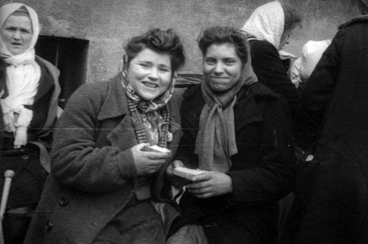 Немецкие девушки радуются хлебу, подаренному им советскими солдатами
