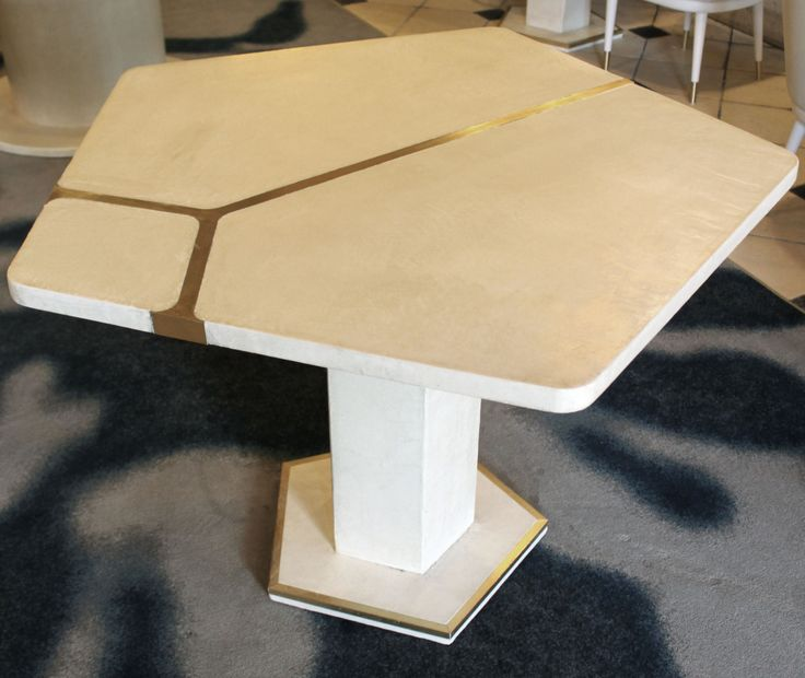 Table béton ciré et incrustation de laiton - Polished concrete table and brass inlay - design Caroline Tissier Intérieurs - www.carolinetissier.com