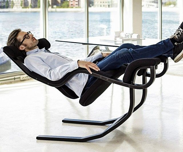 Go from working hard to hardly working while sitting on this reclining zero gravity chair. When fully reclined, its ergonomic design elevates your legs above your heart so you can experience a relaxing sense of weightlessness.