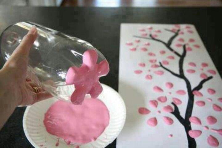 Neem een fles en dop het in ROZE verf daarna stempel je ermee op je blad, teken de stam en takken van de boom de stempels die je maakt zijn de bloemen van een mooie Chinese boom.