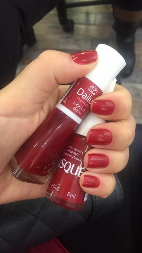 Esmalte vermelho marca Dailus cor pipoca doce e marca Risque cor Love