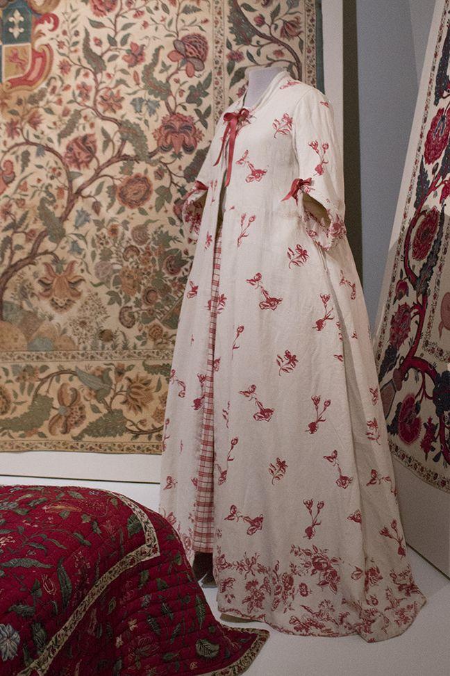 English(?) contouche, or house robe of linen, printed with chintz methods, 1750-1780. Collection page: https://www.modemuze.nl/collecties/huiskleed-contouche-van-linnen-met-motieven-op-witte-grond-en-contouren-rood