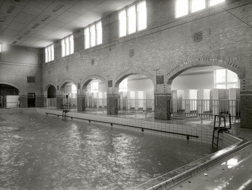 De overdekte zwem-en badinrichting O.Z.E.B.I. te Utrecht. Via de Maliebaanschool kregen we daar zwemles.