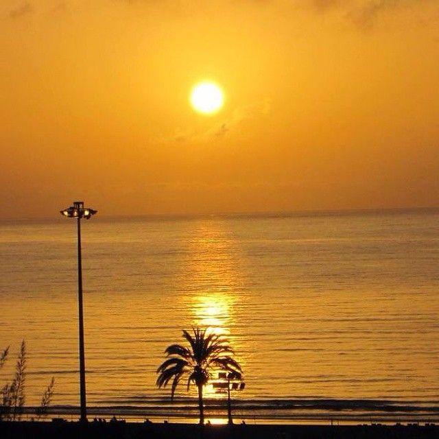 Solnedgang i Playa del Ingles. Hvem ville du opleve den med? Du kan læse mere om Gran Canaria her: www.apollorejser.dk/rejser/europa/spanien/de-kanariske-oer/gran-canaria