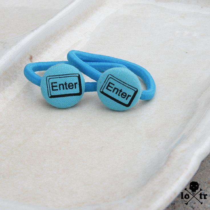 Gumičky do vlasů Jedinečné gumičky do vlasů, pro holky i kluky od LOTRa. Gumička je vyrobena z knoflíku potaženého ručně látkou. Motiv na látce je natištěn ručně sítotiskem. Velikost:průměr gumičky cca 6 cm, knoflík je velký 2 cm. Materiál:gumičky jsou úplně nové, nejedná se o použitý materiál! Cena je za sadu gumiček jak vidíte na titulní fotografii. ...