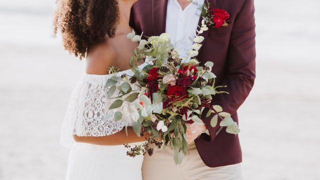 Credit: Maryla Fossen Fotografie - huwelijk (ritueel), bruid, bruidegom, bloemstuk, liefde, huwelijk (burgerlijke staat), bloem (plant), jurk, romance (relatie), betrokkenheid, vrouw, volk, viering, rozen, bruids, ceremonie, hoofddeksel, volwassen, romantisch, meisje