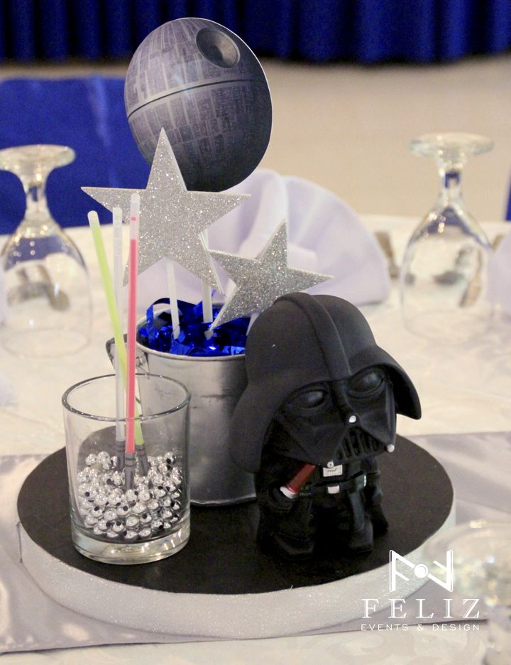 Star wars centerpiece with diy lightsaber glow sticks for Star wars dekoration