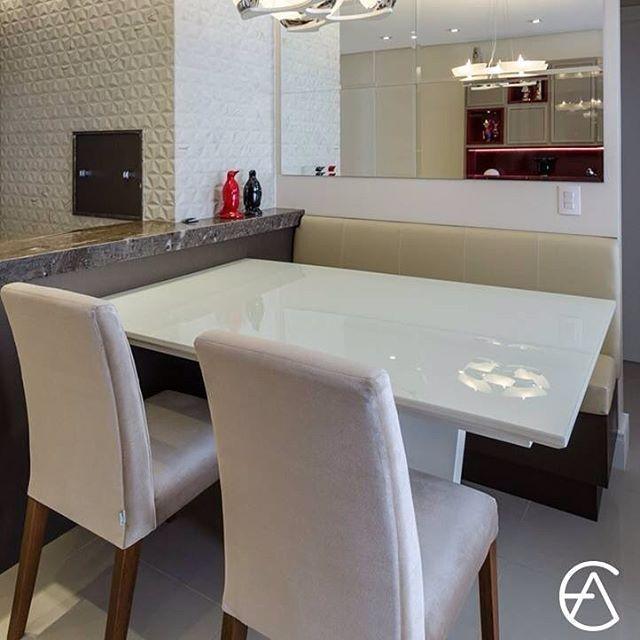 Junto à mesa de jantar, projetamos um banco versátil, com tampa basculante que permite o uso daquele espaço interno para acomodar objetos. Quando fechado, colocamos os futons, caracterizando o banco de um lindo canto alemão. A bancada divisora de ambientes é de MDF no padrão melamínico Cobre. Para completar, a churrasqueira, também em MDF Cobre, ganhou dois puxadores de strass. #europaambientes #arquitetura #decor #decoração #design #jantar #cantoalemao #bancada #churrasqueira