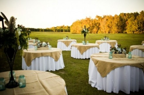 Burlap and blue mason jars...simple and pretty :): Tables Clothing, Blue Mason Jars, Burlap Sacks, Receptions Tables, Wedding Ideas, Tables Covers, Wedding Centerpieces, Flowers Vase, Simple Wedding