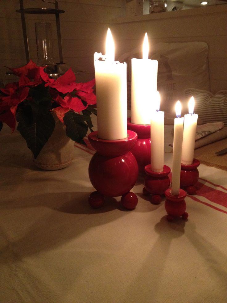 Julpyssel! Glada röda kulljusstakar i olika storlekar. Duk från H&M Home #www.hittahemnu.se#