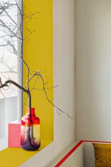 Pour décorer une banale fenêtre et lui donner de la profondeur, on a peint son ébrasement en jaune vif. Le contraste entre la couleur de l'encadrement et celle du mur fait ressortir la fenêtre. La fenêtre se transforme en écrin, ouvre l'horizon et on gagne en lumière.