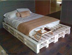 Camas feitas com paletes de madeira
