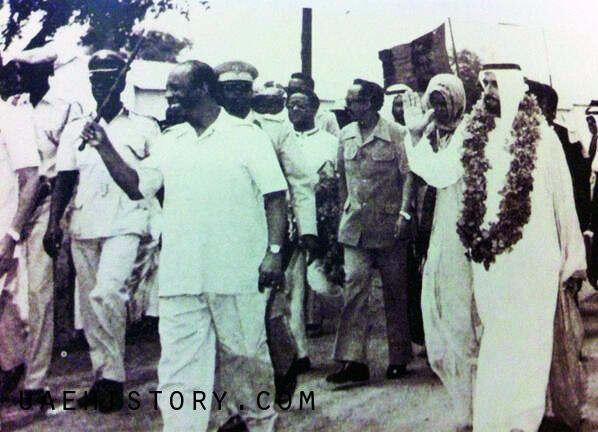 Presidente somali Mohamed Siad Barre rece Sheikh Zayed em 1976.