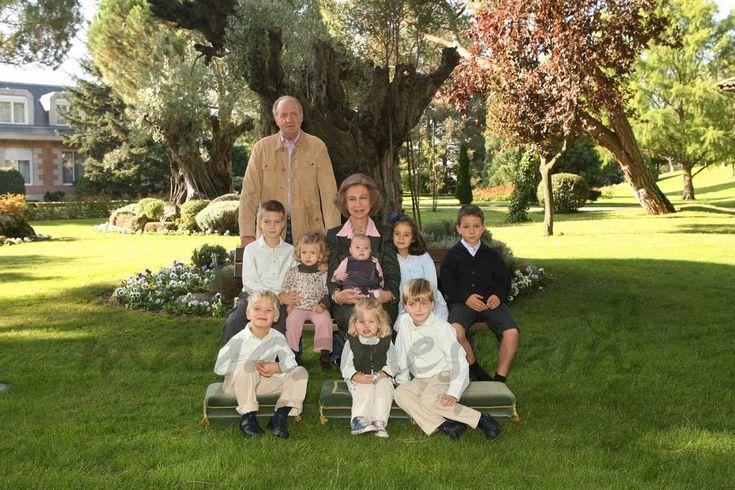 La reina Sofía cumple 79 años… Los mejores momentos    Sus Majestades los Reyes acompañados de sus nietos - Madrid 2007 - © Casa S.M. El Rey