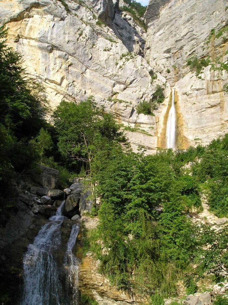 Au départ vous emprunterez une des fameuses routes en encorbellement du Vercors taillée à même la falaise. Plus loin, voici le canyon des Ecouges, lieu de cette randonnée pittoresque et rafraîchissante au bord de la Drevenne.