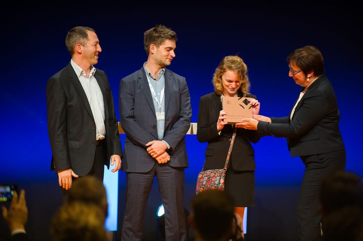 """Martine Pinville, French Secretary of State in charge of commerce, rewards SmartPixels, winner of the category """"Rookie of the Year"""". SmartPixels develops augmented reality technologies for points of sale of the future. #ECP15 #ParisRetailWeek #AWARDS #ROOKIE"""
