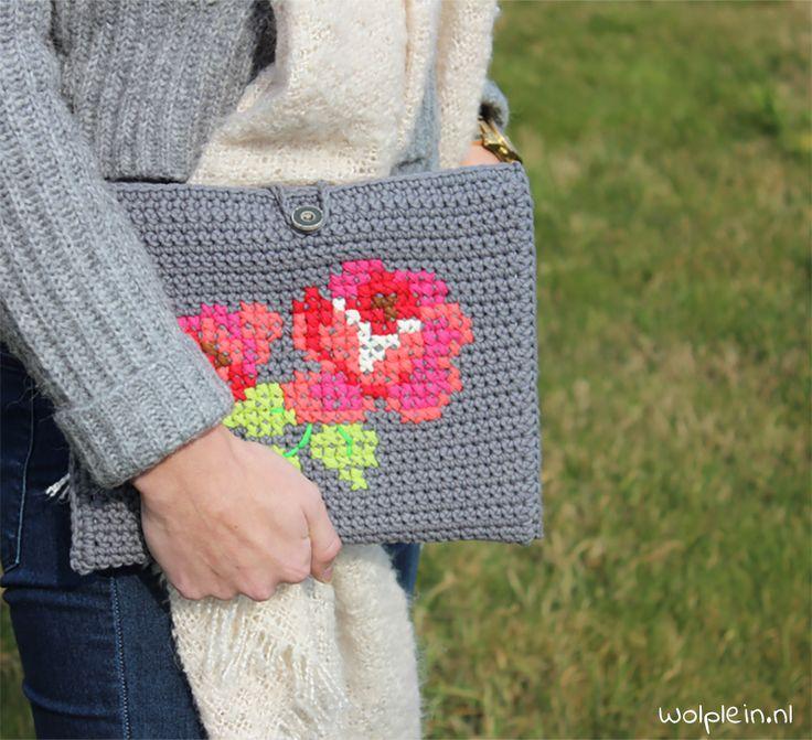 Wil je deze iPad hoes haken? Dat kan! Het gratis patroon staat op Wolplein.nl. Met andere afmetingen is dit ontwerp ook geschikt voor andere tablets.