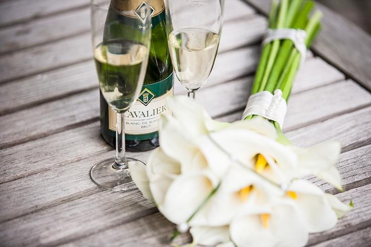 Bruidsboeket met champagne, witte bloemen bruiloft, huwelijk, trouwen #bruidsboeket #bruidsfotograaf #bruidsfotografie Dario Endara