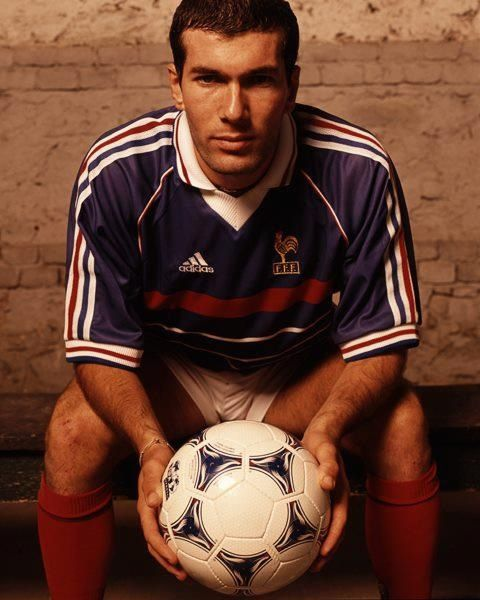 Zinedine Zidane ! Zinédine Yazid Zidane - em árabe, زين الدين يزيد زيدان - é um ex-futebolista francês, neto de argelinos que atuava como meia, considerado por muitos como um dos maiores jogadores de toda a história do futebol mundial.