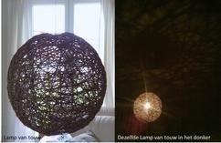 lamp van touw en behang.. bij daglicht en wanneer de lamp 's avonds aan is. Het geeft een leuke tekening op het plafond en de wanden weer.