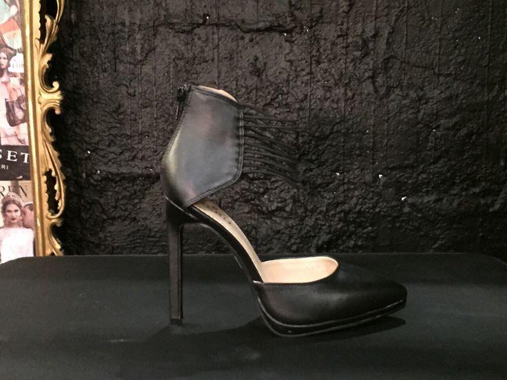 Decolleté nera con cinturini alla caviglia.  #Roma #shopping #bcomebellezza #fashion #scarpe